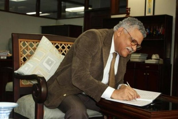 Alfonso Múnera, Secretary-General of the Association of Caribbean States, signs the CARICOM Secretary-General's guestbook during his visit to the Secretariat headquarters on April 11, 2013.