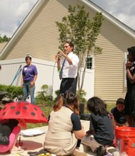 Mayor Josuha Cohen encourages the volunteers