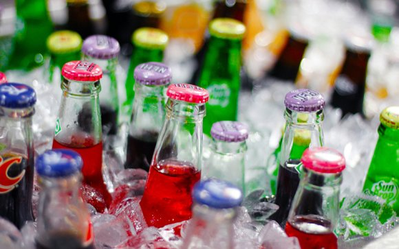 Diet soda drinkers have the same health issues as those who drink regular soda, according to a new report published ...