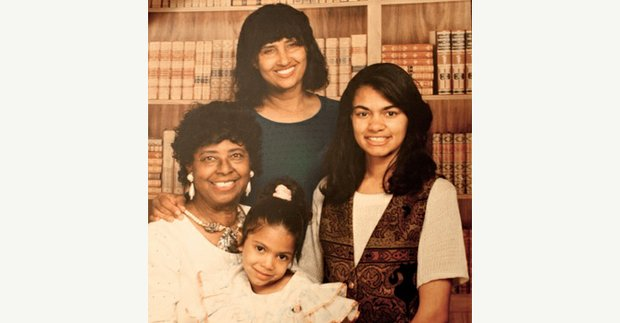 Leiwanda Jordan, in green, stands behind her mother, Julia Jordan, and her two daughters in a family photo.