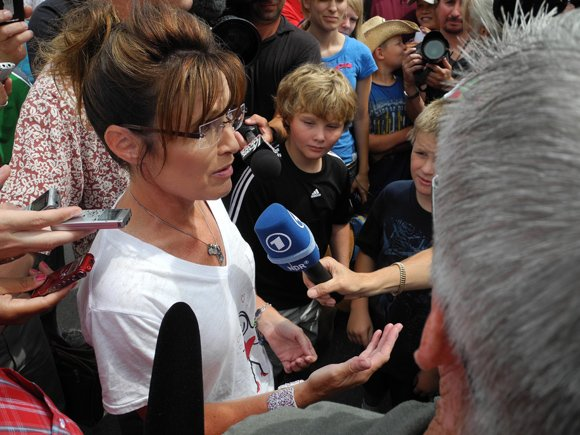Former Alaska governor and 2008 Republican vice presidential nominee Sarah Palin edged herself back into election politics Saturday, delivering a ...