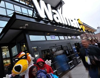 Wal-Mart, the nation's largest grocer, announced Thursday it will carry Wild Oats organic food items.