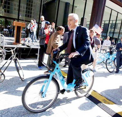 Mayor Rahm Emauel tries out a Divvy Bike during the program's rollout last year.