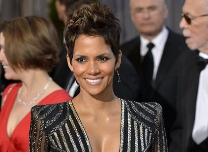 Halle Berry arrives at the Oscars at Hollywood & Highland Center on February 24, 2013 in Hollywood, California.