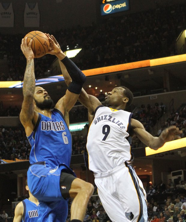 Tony Allen of the Grizzlies plays tough defense on Dallas' defensive specialist Tyson Chandler. (Photo: Warren Roseborough)