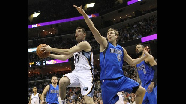 The Grizzlies' Beno Udrih eyes the basket and Dallas' Dirk Nowitski and makes his move. (Photo: Warren Roseborough)