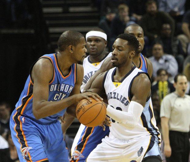 Jeff Green of the Memphis Grizzlies (left) guarding Kevin Durant of the Oklahoma Thunder. The Grizzlies defeated OKC 85-74 at the FedExForum on Saturday. (Photo: Warren Roseborough)