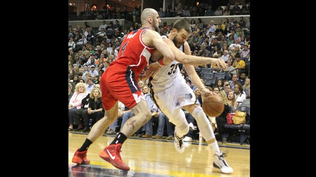 Marc Gasol drives around Marcin Gortat of the Wizards.