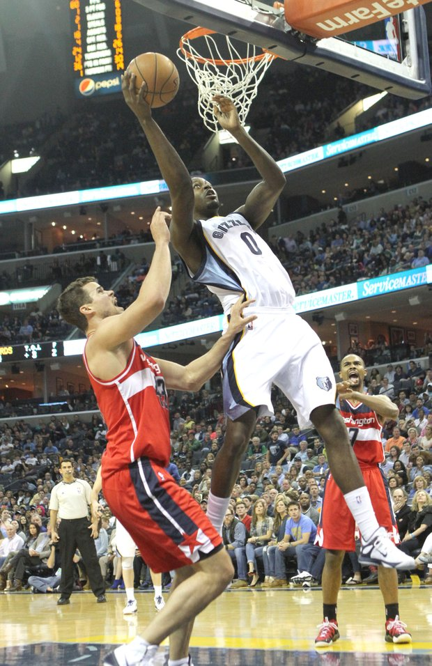JaMychal Green of the Grizzlies drives and scores on Kris Humphries of the Wizards.