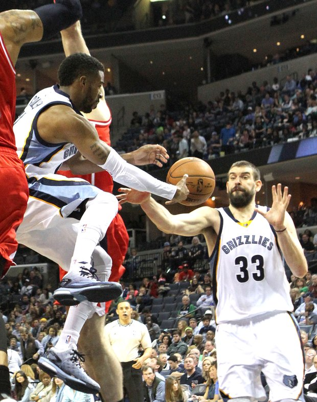 Mike Conley of the Memphis Grizzlies (left) passes to Marc Gasol, who scored on the play.