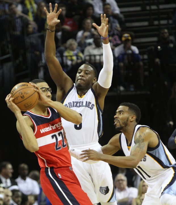 Jordan Adams (left) of the Grizzlies and Mike Conley try to put defensive pressure on Otto Porter of the Wizards.