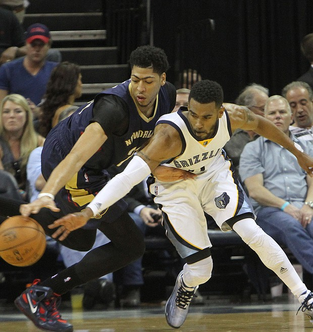 Anthony Davis (left) of the Pelicans and Mike Conley battle for the loose ball.