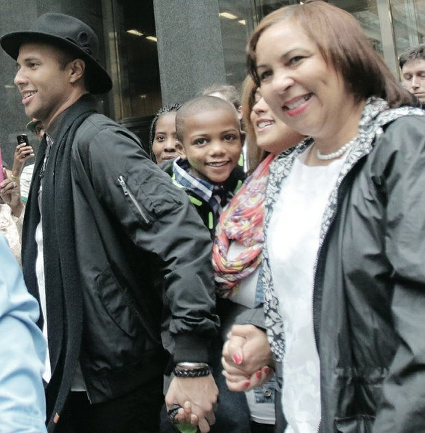 """American Idol"" star Rayvon Owen walks through a sea of fans in Downtown with his biggest cheerleader — his mother, Patrice Fitzgerald."