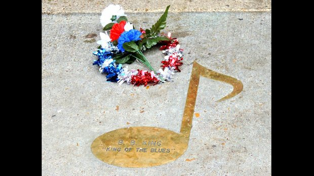 "Outside of the Beale St. Club that bears his name, a memorial wreath was placed near the Beale Street note acknowledging the ""King of the Blues."" (Photo: Karanja A. Ajanaku)"