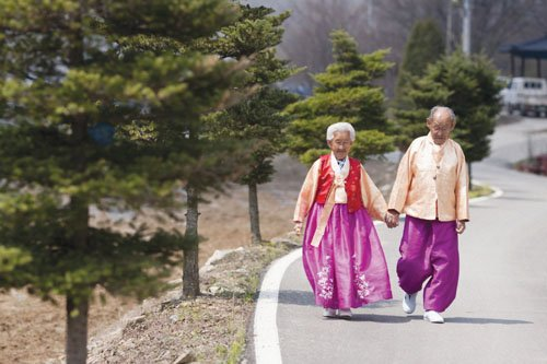 The documentary offers a tender examination of the last 15 months of a 76-year marriage.