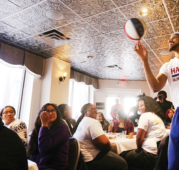 Zeus plays to crowd at Mama J's //