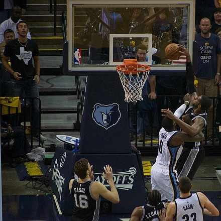 LaMarcus Aldridge's 13 points for the Spurs featured this slam over the Grizzlies' JaMychal Green, who turned in 14 points of his own. (Photo: Karanja A. Ajanaku)