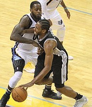 JaMychal Green of the Grizzlies tries to slow down the Spurs' Kawhi Leonard, the game's high scorer. (Photo: Warren Roseborough)