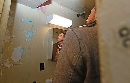 Gov. Andrew Cuomo tours conditions in Taft Houses in East Harlem