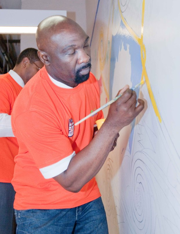 Mets legends Mookie Wilson and Ron Darling help brush up MLK Towers