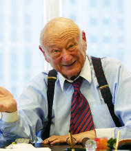 Thousands attend service for former Mayor Ed Koch