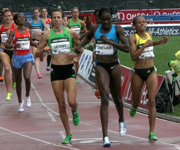 Allyson Felix out-runs a world-class 200-meter field