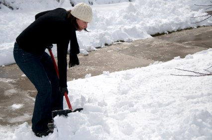 Since snow season has arrived, it's time to arm yourself with a shovel and salt to dig through the snowdrifts ...