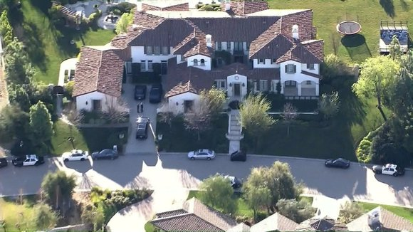 Justin Bieber got some unexpected visitors Tuesday morning: sheriff's deputies with a warrant to search his home. Investigators with the ...