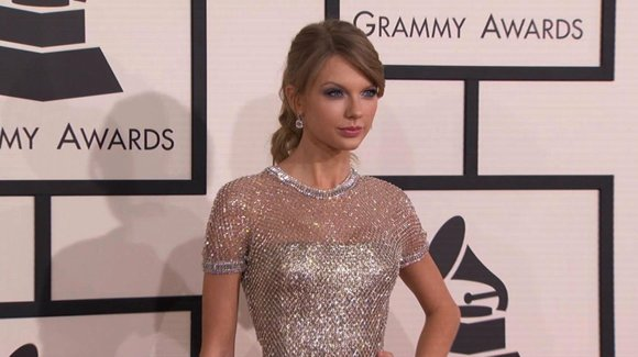 "On Tuesday, Taylor Swift became a card-carrying member of the short hair club. The 24-year-old ""Red"" singer shared a photo ..."
