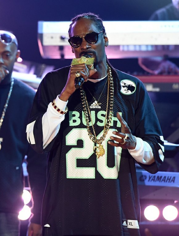 Last night, Snoop Dogg proved that even after 13 solo albums he truly is a musical chameleon. Snoop performed new ...