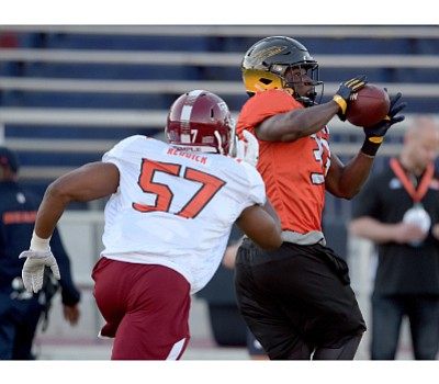 Temple linebacker Haason Reddick attempts to tackle Toledo tight end Michael Roberts during a north team practice at the Reese's ...