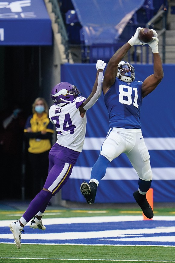 Mo Alie-Cox has some of the largest hands in the NFL and, last Sunday, he showed them off.